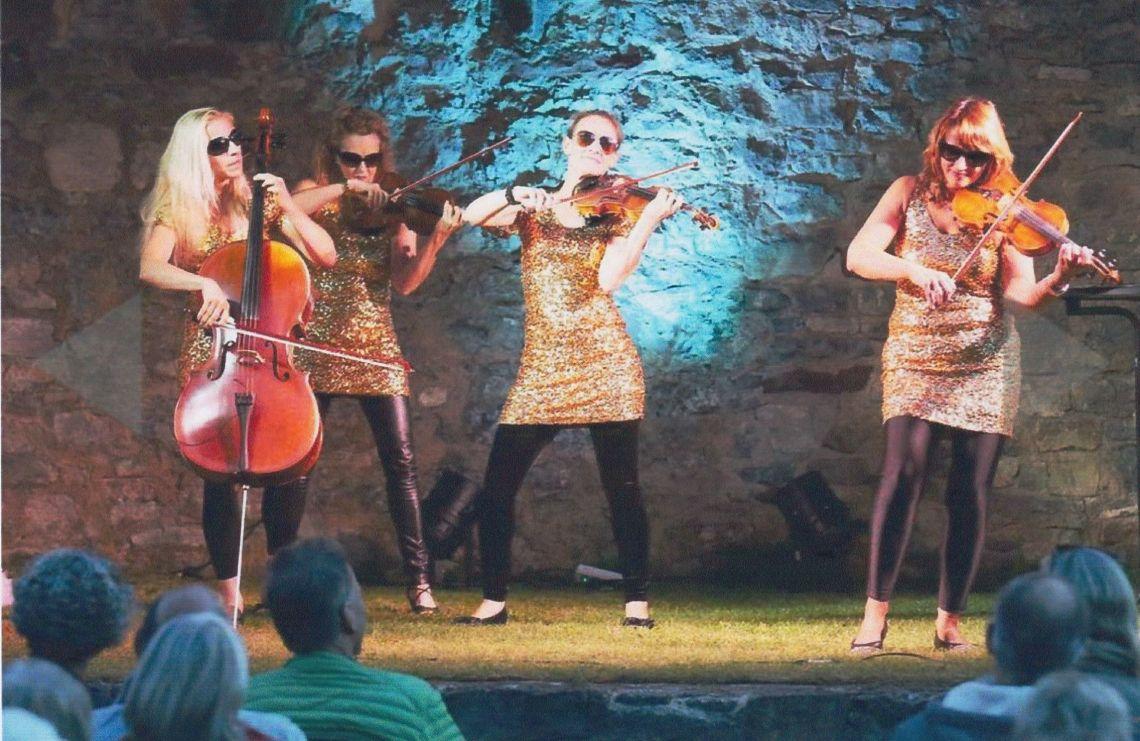 """Manon & Co Open Air in Horb Das Kulturprogramm """"Kir Royal"""" erfreut sich großer Beliebtheit. Humorvolle Moderation führt durchs Programm und gelegentlich wird auch das Publikum mit einbezogen. Dabei agieren die charmanten Musikerinnen stets spontan, und mit ihren Ad-hoc-Choreographien verblüffen sie bisweilen sogar sich selbst…"""