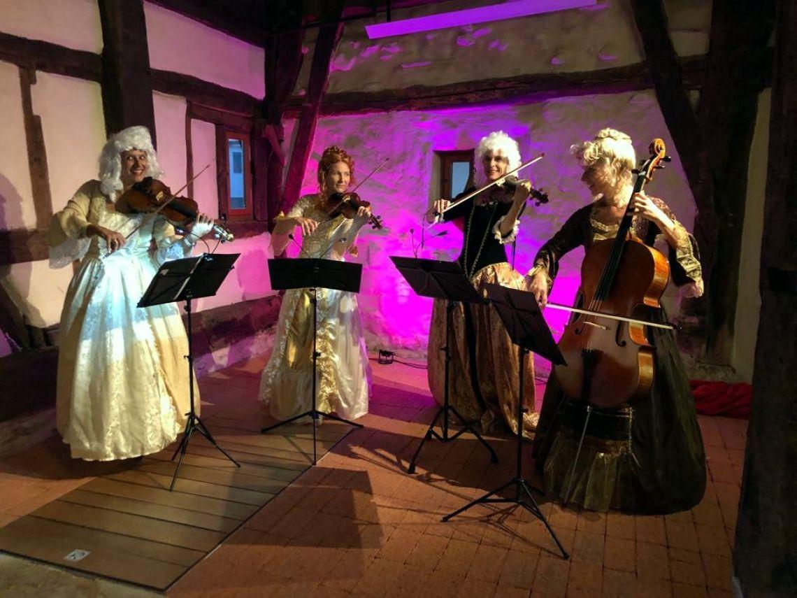 """Manon & Co in Barockkostümen . """"Vier auf einen Streich"""" – ein Damenstreichquartett der Extraklasse. Vorhang auf für die Damen auf neuen musikalischen Wegen!"""
