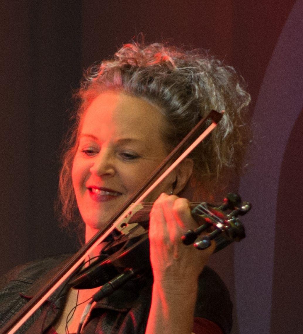 """Manon & Co in Barockkostümen Manon & Co – musikalisches Entertainment """"deluxe"""" - so lautet das Motto des Stuttgarter Ensembles. Die Musikerinnen zeigen, was sie mit Ihren Instrumenten außer klassischer Musik sonst noch alles spielen können. Wenn man sich von den Damen verzaubern lässt, entführen sie in ein mitreißendes Programm aus Salonmusik, Swing, Evergreens und Pop. Musik, die wir alle kennen, aber irgendwie so noch nie gehört haben. Ein seriöses Kammermusik-Ensemble sucht man allerdings vergeblich bei den Künstlerinnen von Manon & Co! Dass jede Musikerin ihr Instrument """"klassisch"""" erlernt hat und es somit virtuos beherrscht, dass stellen die Ladies auf den Konzert-bühnen, auf Galaveranstaltungen, auf Kreuzfahrtschiffen, im Fernsehen und im Hörfunk immer wieder eindrucksvoll unter Beweis."""