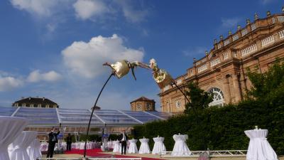Swinging Poles Dynamisches Schwingen auf 5m Höhe. Das Geheimnis: Poles aus hochelastischem Fieberglas. Die akrobatische Leistung: perfektes Schwingen der Künstler durch Gewichtsverlagerung.