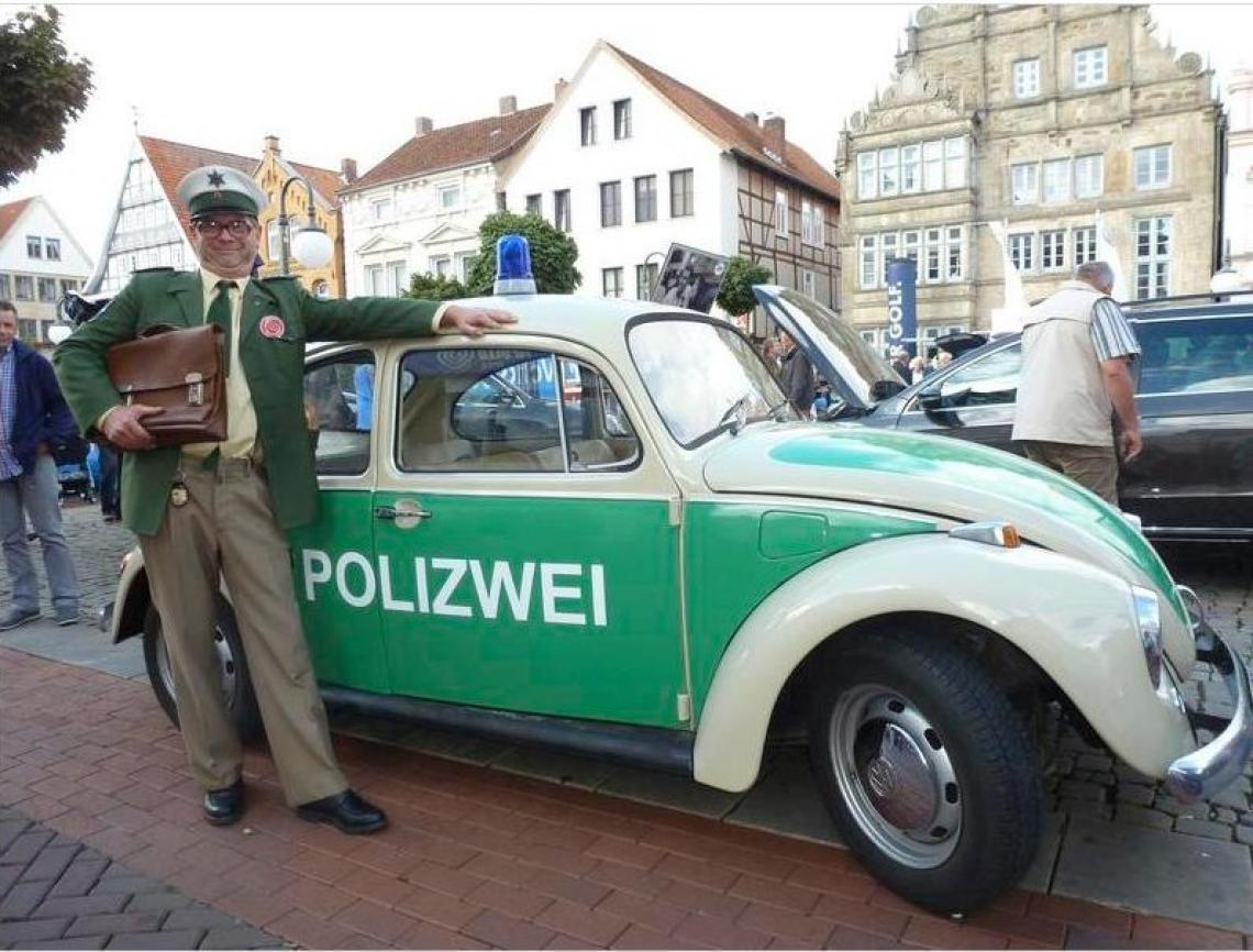 Comedypolizist Riemenscheider Straßentheater mit Polizist Riemenschneider und seinem VW Käfer eignet sich besonders für Stadtfeste und Autoshows!
