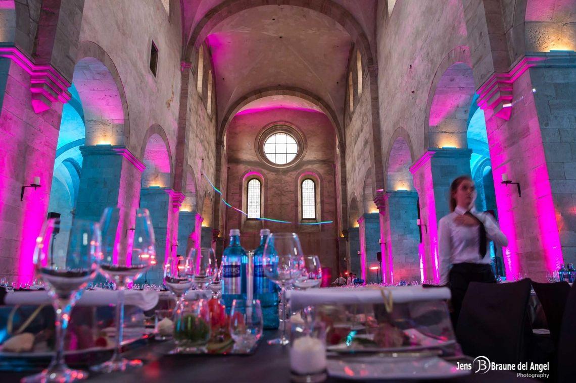 Dinner im Kloster Eberbach /Rheingau Jubiläumsevent der SCHUFA im Kloster Eberbach  Empfang im Klostergarten mit Flying Food und Vesperstation zur Selbstbedienung mit live Aktionen unserer Köche.  Danach 3-Gang Menu in der alten Basilika und anschließend großes Dessertfinale mit Candy Bar.