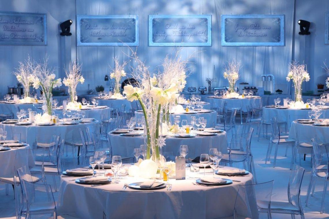 Jubiliarfeier in der Rheingoldhalle Mainz Jubilarfeier SCHOTT AG   GÄSTE: 300  Speisenkonzept: Aufwendig inszeniertes Konzept zum Thema Eiskristallpalast.  Food-Konzept durch Kreativ Catering. Vorspeise und Dessert serviert. Hauptspeisen von Buffetstationen mit Spezialitäten wie Rentier & ganzem Gelbflossen Thunfisch. Das Event findet alljährlich statt und wurde 2017 von Kreativ bereits zum 3. Mal in Folge durchgeführt