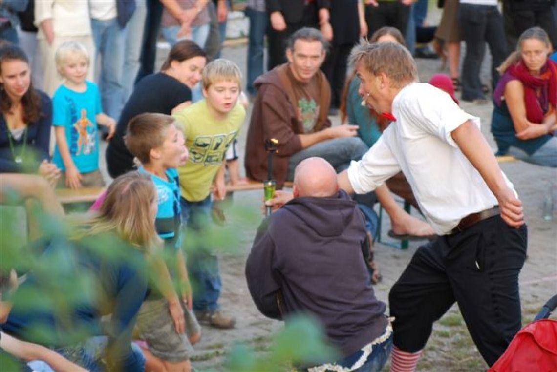Strassenshow Eine bunte Strassenshow mit Publikumsbeteiligung.