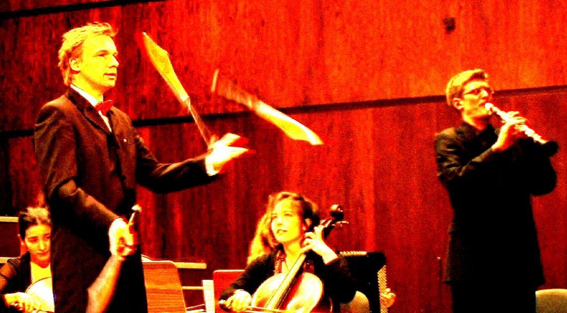 Moderation mit Showeinlage Ein Beispiel für die Moderation eines klassischen Konzertes mit eigenen artistischen Vignetten (hier mit dem Ensemble Vinorosso).