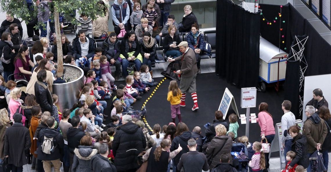 Clown mit Publikum Rudolf Schatzsuche ist ein Clownstheaterstück, das Kinder und manchmal auch Erwachsene auf der Bühne einbezieht, ohne sich über sie lustig zu machen. Das Spiel mit der Fantasie steht immer im Vordergrund.