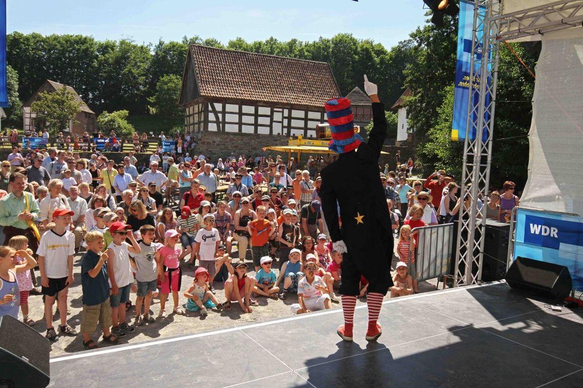 Die grosse Sauresani-Sause Ein rasantes Mitmachen-Stück für Kinder bis zum pensionierten Akrobaten. Mit Jonglage, Zauberei, Einradartistik und viel Comedy.