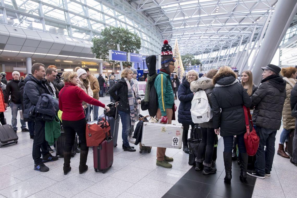 Walk-Act, Schlangenanimation Ein Beispiel der vielfältigen Walk-Acts Jens Heuwinkels. Schlangenanimation im Flughafen Düsseldorf.