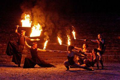 """Feuershow """"Big Burn"""" Choreografierte Feuershow mit sechs Artisten"""