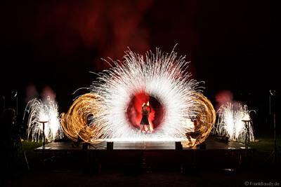 Feuershow mit Pyrotechnik/Feuerwerk Feuershow mit Pyrotechnik/Feuerwerk