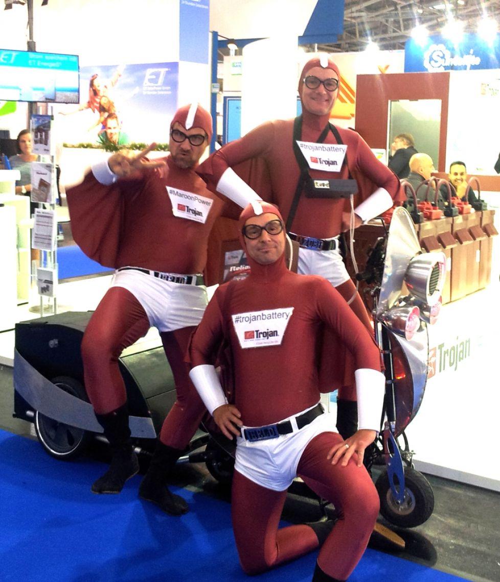 Corona-Sonderprogramme: Heldenhafter Einsatz – Die Service Superhelden Blitzschnell mit Ihren aufgemotzten Rollern am Brennpunkt. Wir alle sind Helden! Im Kampf gegen Corona: Was ist Deine Superkraft?