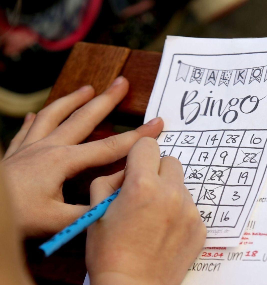 Corona-Sonderprogramme: Hofbespielung mit Balkon-Bingo Von der SZ gelobt, im ZDF gerühmt. Gemeinschaftsgefühl kommt auf, die Zeit vergeht wie im Flug! Die Gewinner bekommen einen Preis aus Ihrem Angebot.
