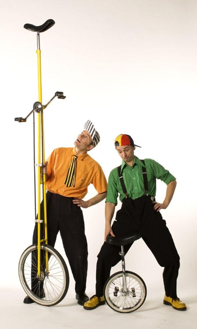 Chaos Circus Comedy Show Eine temporeiche Showdarbietung mit Wortwitz, artistischen Elementen und Publikumsbeteiligung.