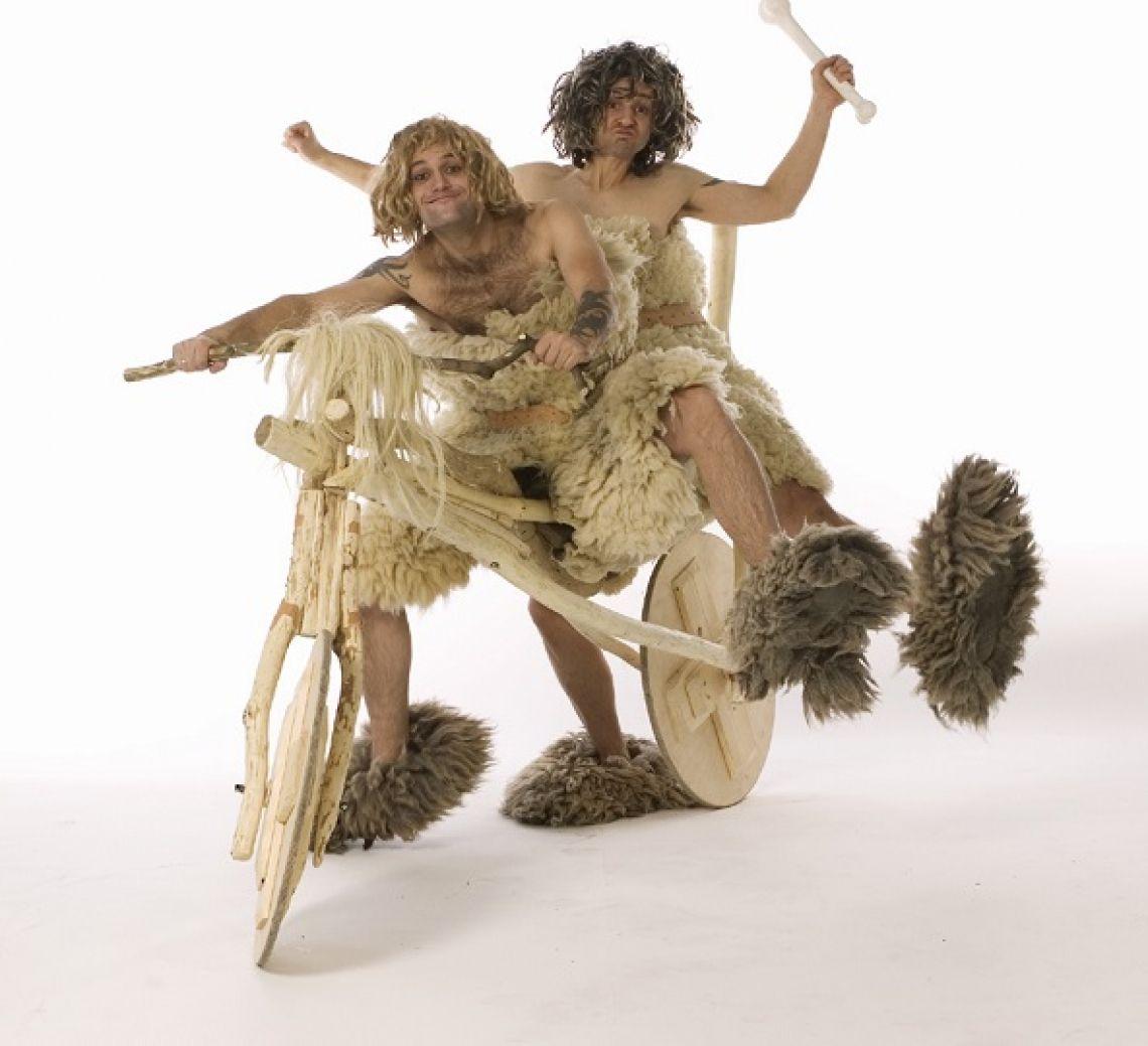 Die Neandertaler Mit viel Temperament und schelmischer Art missverstehen sie ihre Umgebung und haben dabei stets den Schalk in ihren Augen.