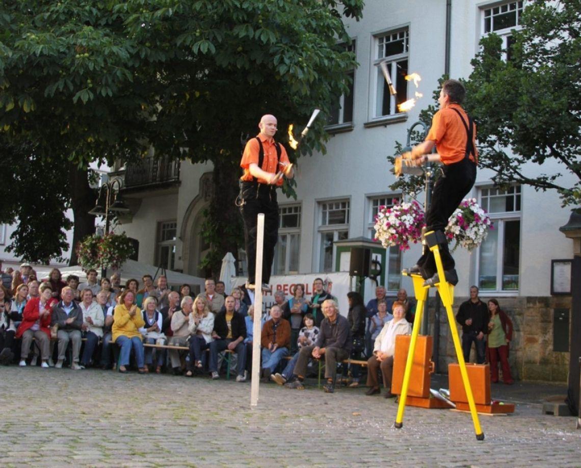 Münchner Künstler für München – Plan B – Straßentheater jetzt! Kultur ist jetzt möglich! Theater mit Hygienekonzept.  Wir wollen aktiv werden gegen Verunsicherung, Angst und Erstarrung! Wir wollen Zuversicht verbreiten, Farbe und Musik in den Alltag bringen und Zusammenhalt schaffen im gemeinsamen Erleben!
