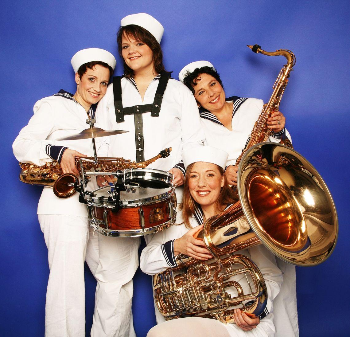 BrassAppeal - die BrassBand für maritime Events Wir begrüßen die Gäste musikalisch am Peer und geleiten Sie als Marchingband von einem Ort zum anderen. Als Marching band spielen wir am Hafen, auf der Seebrücke unfdam Strand, ziehen durch die Straßen und unterhalten Ihre Gäste.