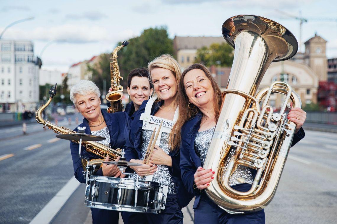 """BrassAppeal mobile Frauenband aus Berlin Sie planen ein Sommerfest, eine Geburtstagsfeier, eine Grillparty, Ihre Silberhochzeit… und suchen noch das """"gewisse Extra"""", das die Feier für alle unvergessen macht?"""