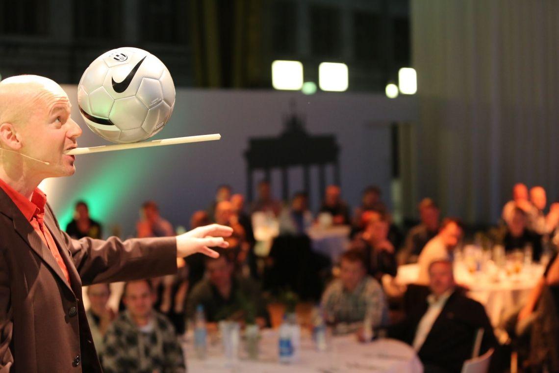 Ballbalance Service-Comedian Armin Nagel in Aktion
