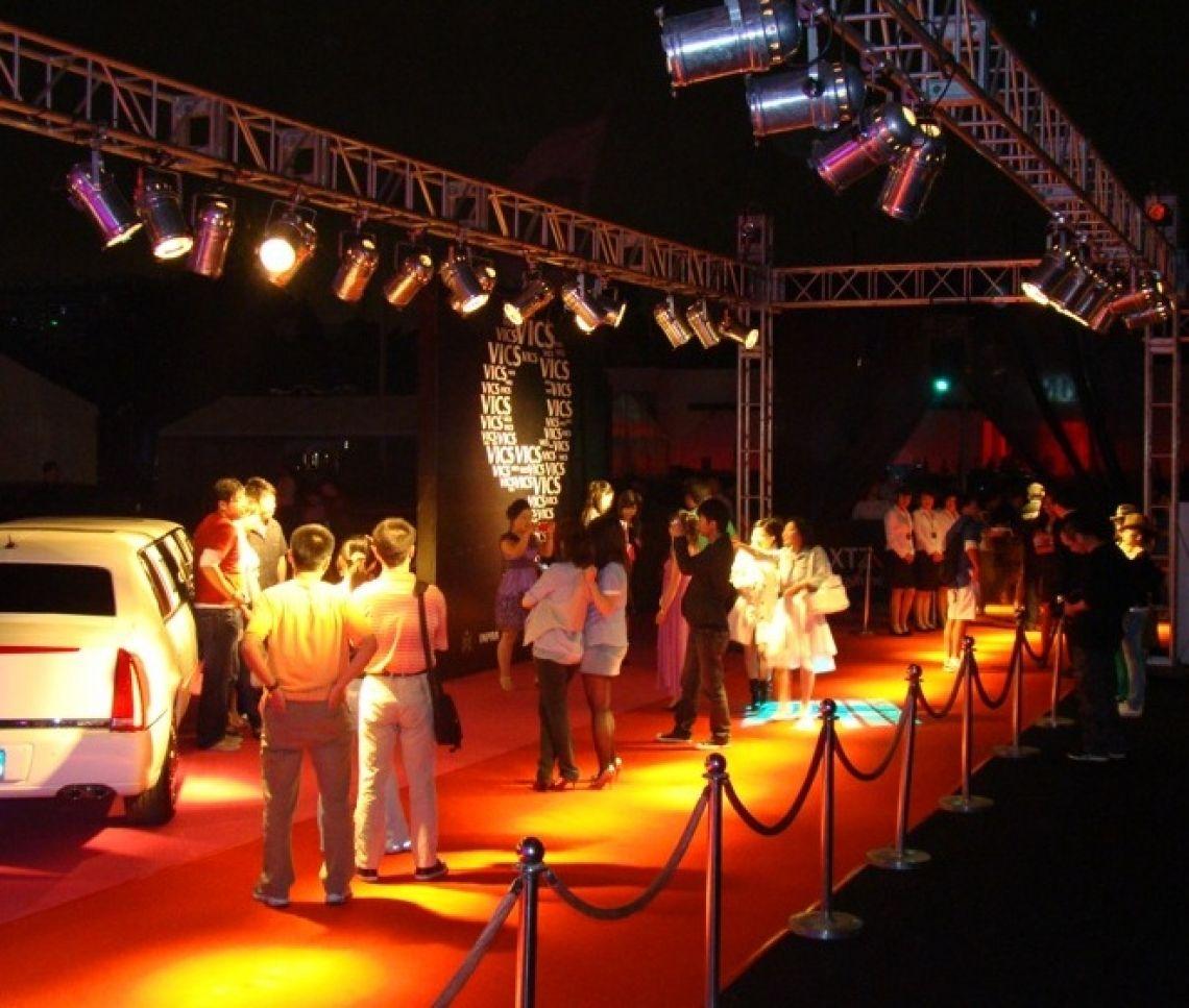 Prämierenfeier Beleuchtung, Beschallung, Bühnentechnik, roter Teppich und Kordelständer