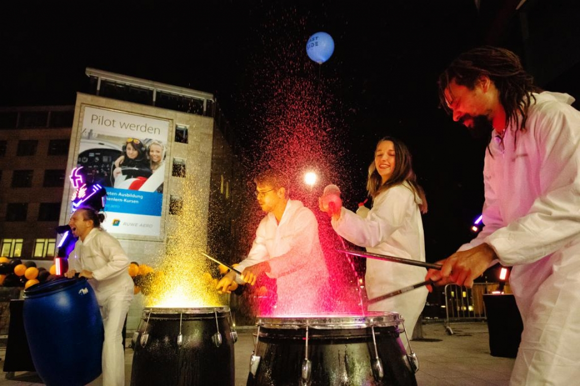 Farbtrommelshow Industrial Drummer mit Farbtrommeln. Auch Wassertrommeln oder Feuereffekt.