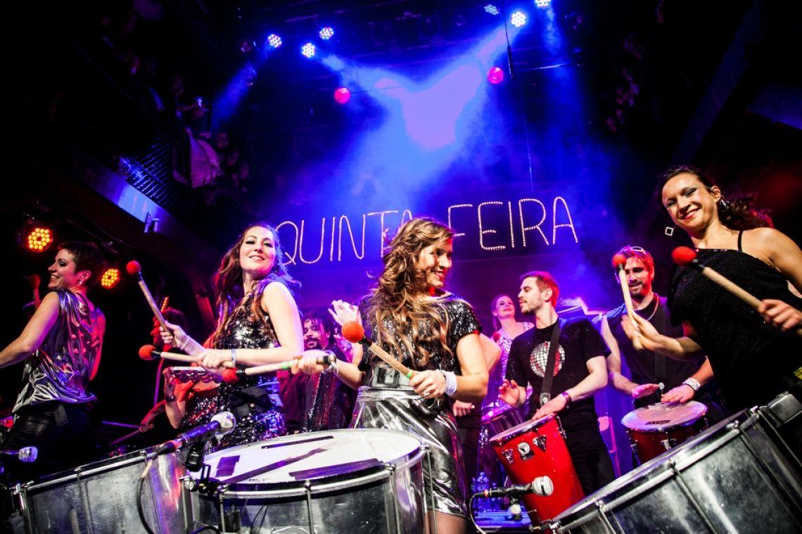 Quinta Feira auf der Bühne Die Sambagruppe bietet ebenso eine fulminante Bühnenshow.