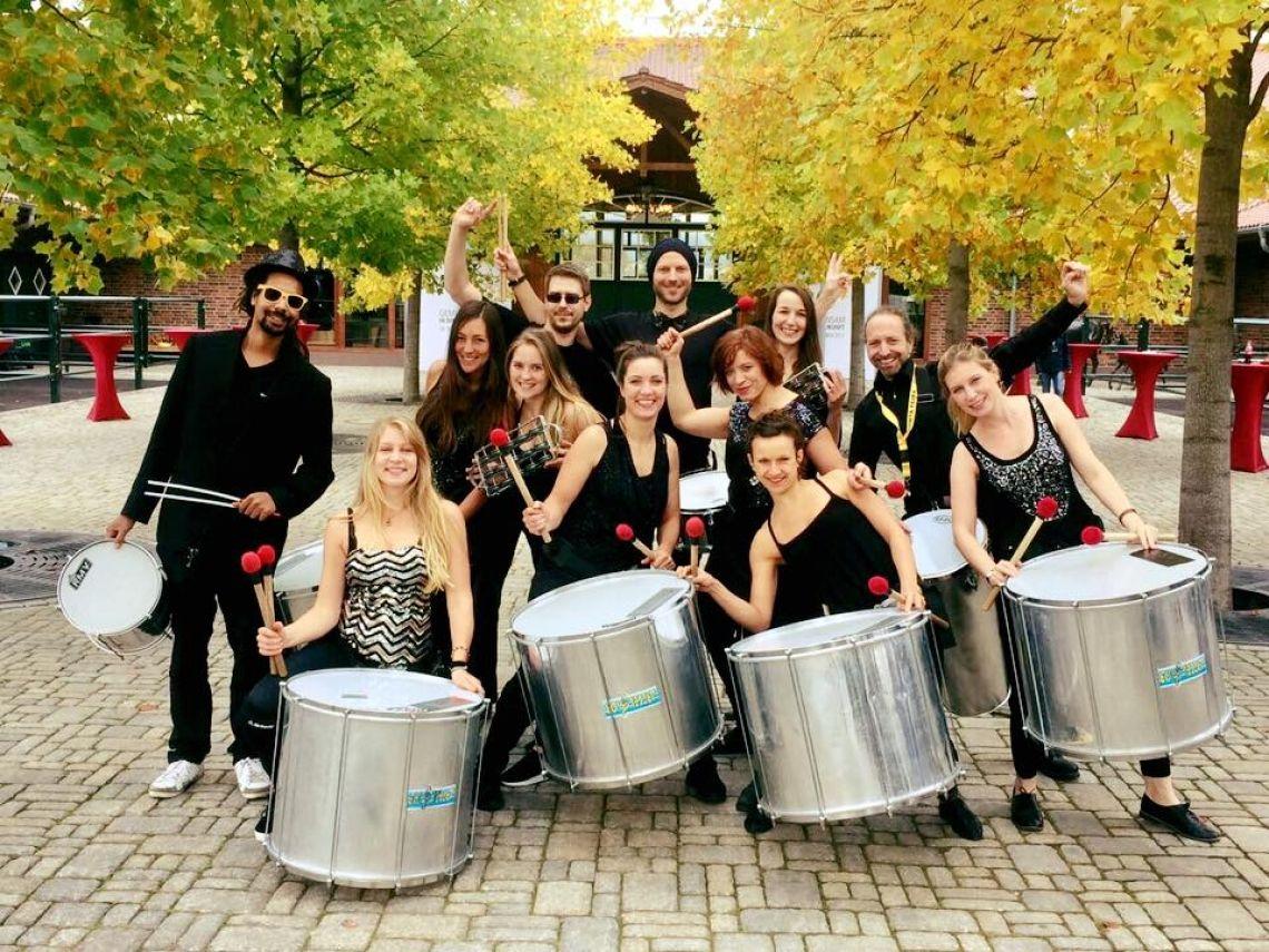 Quinta Feira Mobile Trommler Mit Quinta Feira starten wir die Party. Auch als Intro zum Trommelworkshop