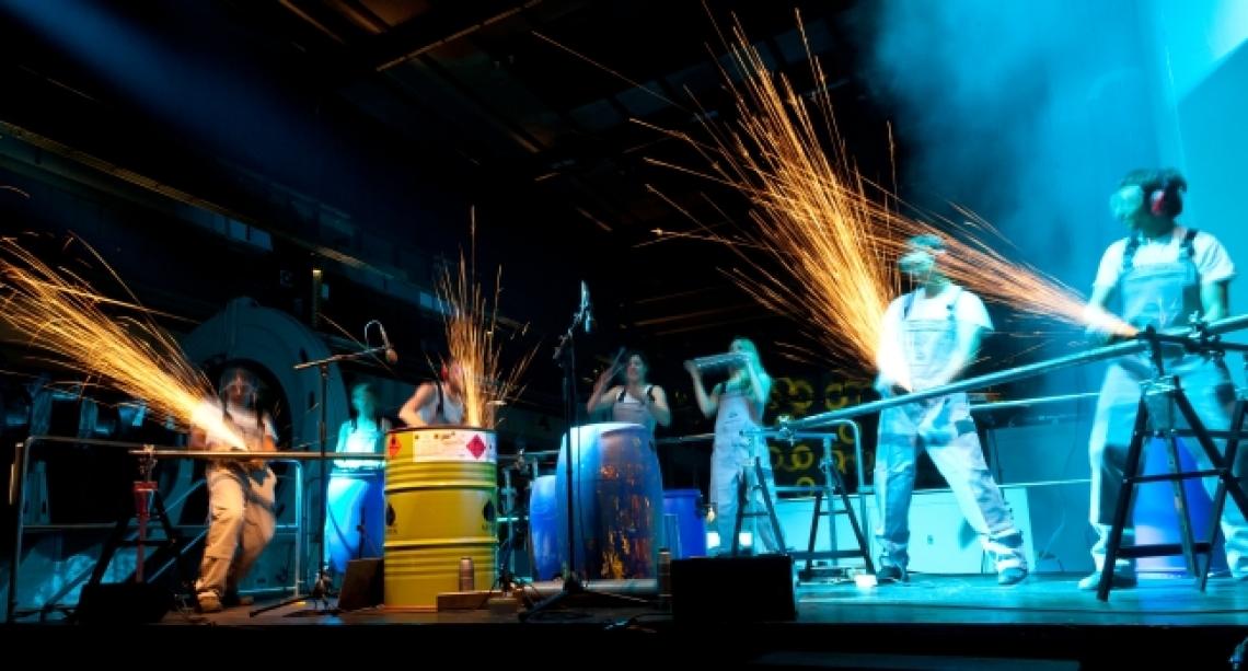 Industrial Drummer: Metallarbeiter mit Flex-Funkenflug-Choreografie Trommelshow mit Metallteilen, Rohren, Werkzeugen und mit 4 Flexen