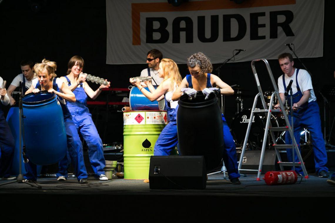 Industrial Drummer Trommelshow mit Industrieteilen, Ölfässern, Leiter, Werkzeugen