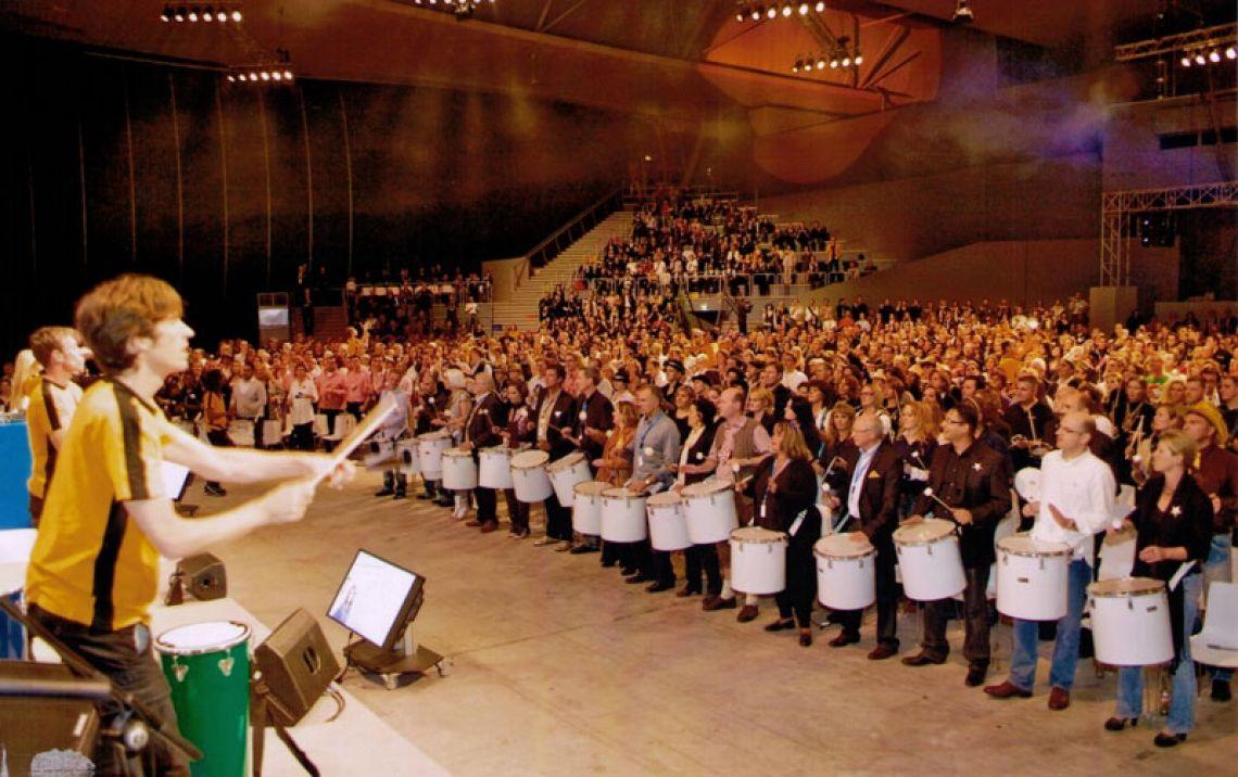 We Drum. Trommelworkshop mit 2.500 Teilnehmern Kick-Off Tagung im Deutschen Pavillion in Hannover. 40 Minuten Energie!