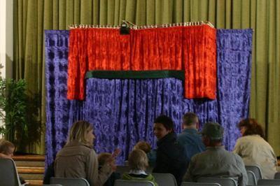 Bühne Wir verfügen über verschiedene liebevoll gestaltete Bühnen mit ausreichender Licht- und Tonanlage, sodass es uns möglich ist, Innen und Außen zu arbeiten.