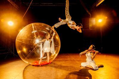 Sphere Celeste Bühne show Trio: 1 Violinistin, 1 Luftartistin, 1 Tänzerin in einer durchsichtigen Kugel.  Länge: 11 Minuten Bühne: 8m x 10m Hängepunkt: 6,50m hoch, in der Mitte der Bühne
