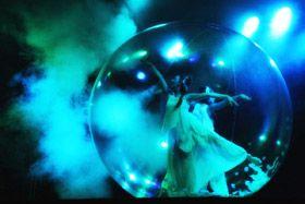 Spheric E-motion - Anemones Anémones - Zwei Tänzerinnen in einer Kugel. Show Für die Bühne oder als Walkact buchbar.  Wasserspiele Templin - 07/08/2010 - Templin, Germany Foto Ramtin Zanjani
