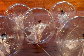 Spheric E-motion - Coriolis Coriolis - Leistung mit Tänzer in Kugeln - Eine Choreographie tanzender Kugeln für Sportstadien und große Flächen.