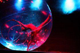 Spheric E-motion - Sensia Sensia - Eine Show mit Hula Hoop, Akrobatik und Tanz in einer durchsichtige Kugel aus Plastik. Wasserspiele Templin 07/08/2010 - Templin, Germany Foto Ramtin Zanjani