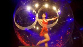 Spheric E-motion - Sensia Sensia - Eine Show mit Hula Hoop, Akrobatik und Tanz in der Kugel.  Sensia Show - AEB Artists & Event Exhibition 26/01/2010 Eindhoven, Netherlands