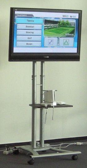 """FLAT-TV incl. Standfuß 42"""" Marken-Flat Plasma auf einem beweglichen und höhenverstellbaren Standfuß. Die Spielkonsole (im Beispiel Nintendo Wii) steht auf einer Ablage."""