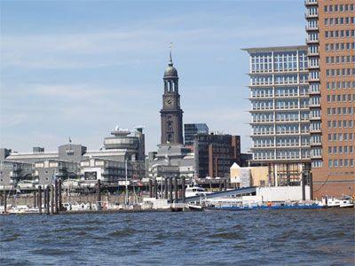 Hafenrundfahrten exklusiv Die Typische Barkasse oder ein historisches Polizeiboot, beides ist für die Sicht vom Wasser aus geeignet.