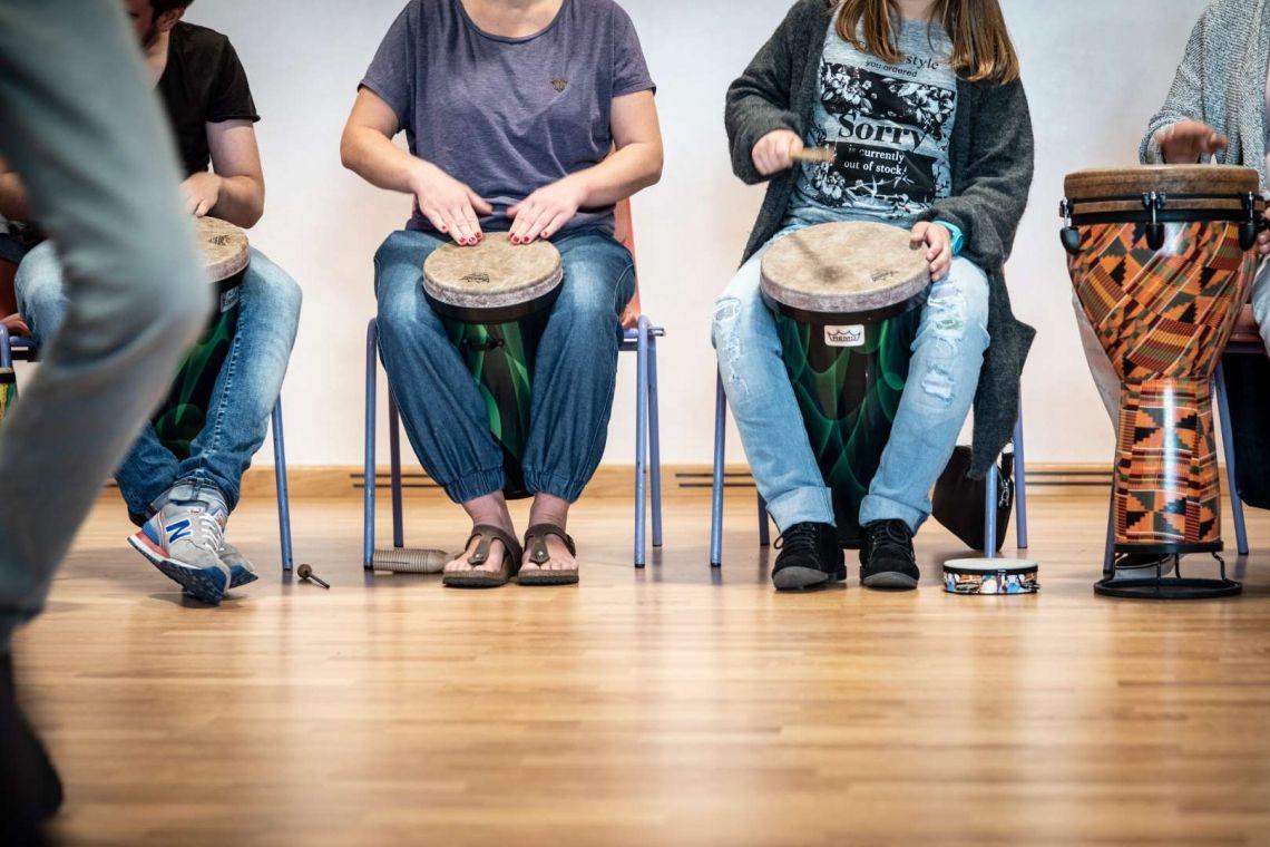 Stühle (möglichst) ohne Armlehnen bieten den Teilnehmer/innen eine komfortable Sitzposition. Foto: Astrid Doerenbruch