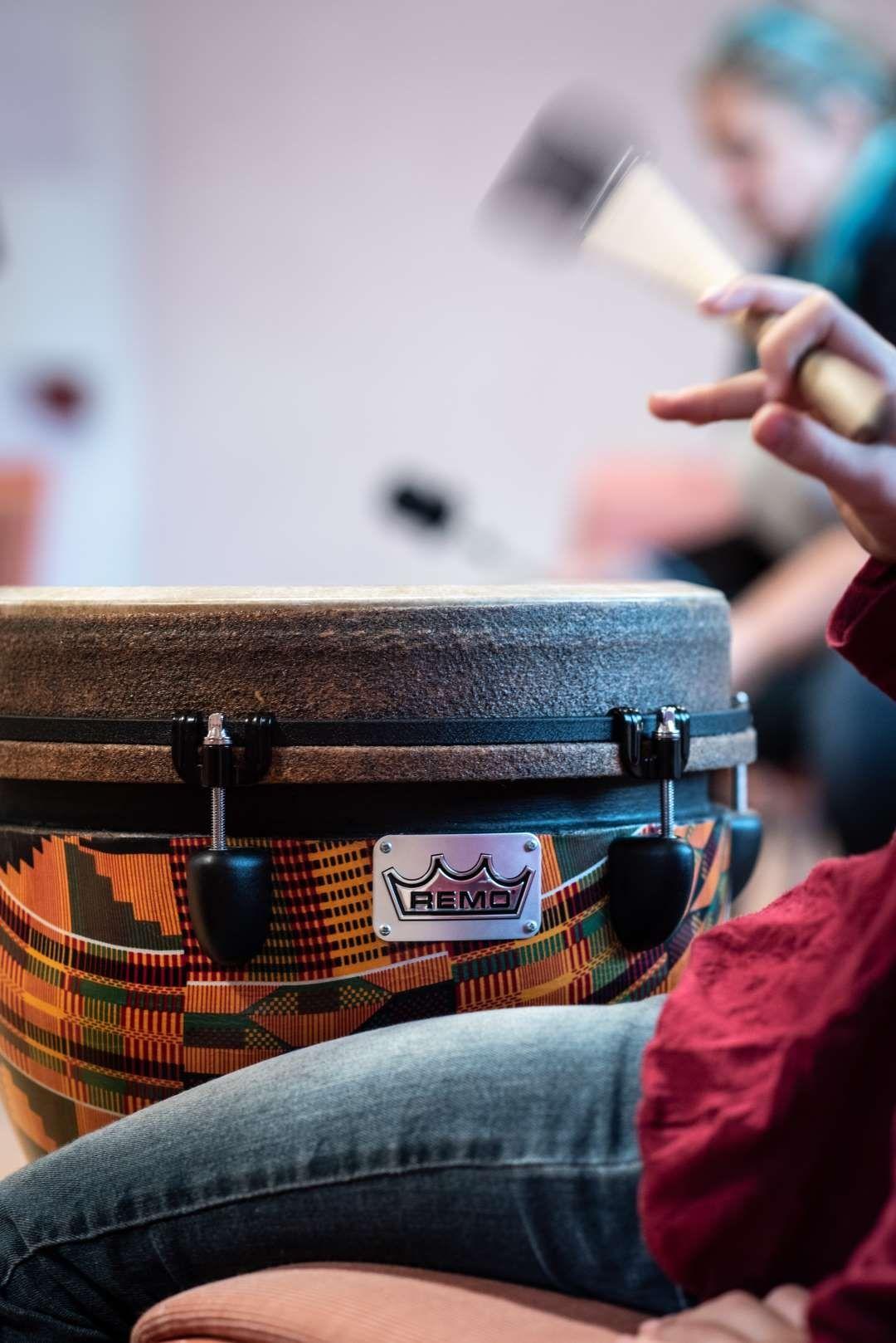 Die Djembe - diese Trommel ist immer wieder beliebt bei großen und kleinen Teilnehmern (Foto: Astrid Doerenbruch)