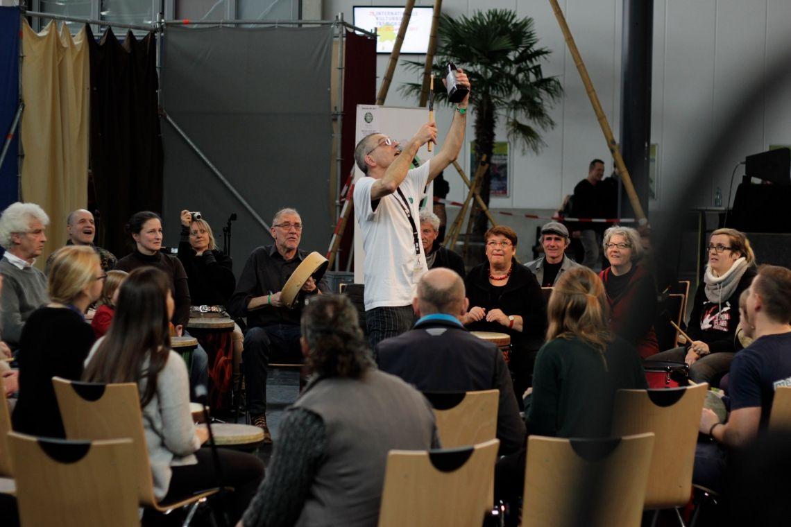 """Drum Circle - die perfekte Animation für Feiern, Incentives und Tagungspausen. Hier auf der Kulturbörse Freiburg, der Drum Circle als """"Special"""" im Rahmenprogramm der Messe. (Foto: Matthias Mackenbach)"""