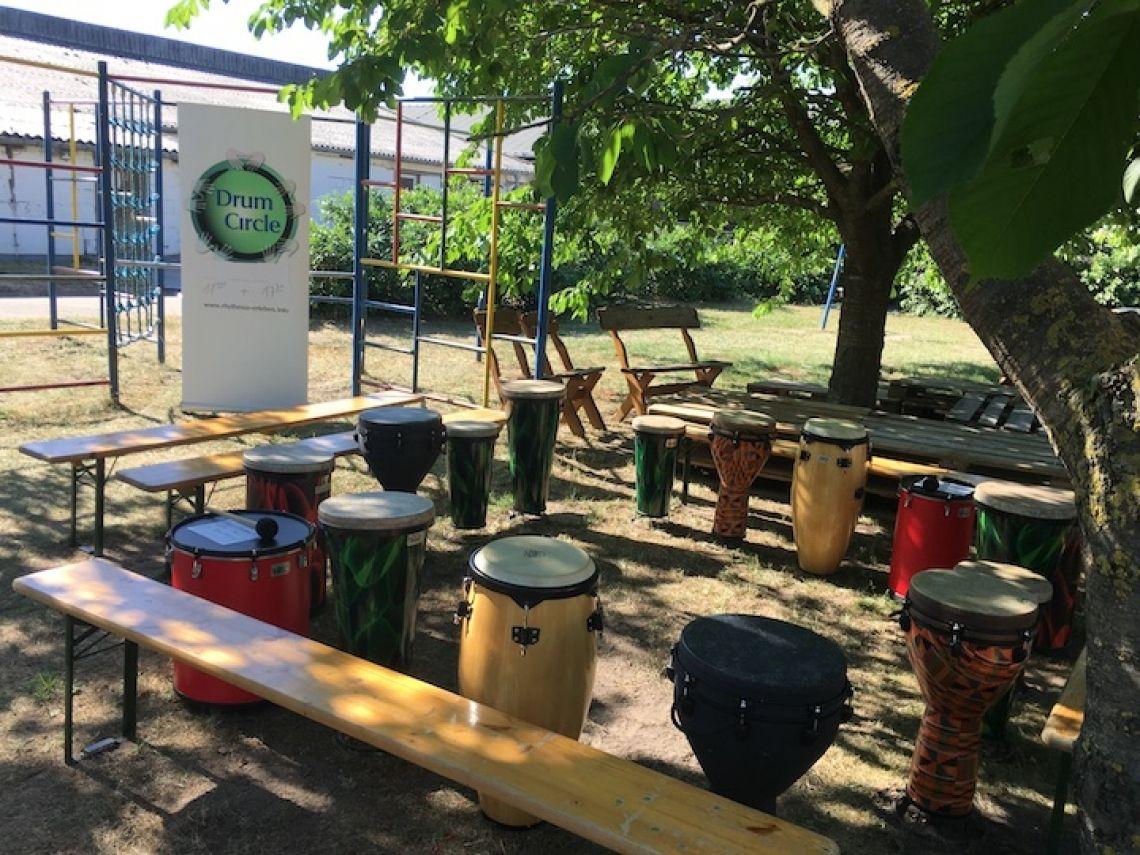 Open Air werden auch gerne Bierbänke verwendet (Hoffest auf Gut Kerkow) Ein Drum Circle kann an verschiedensten Orten stattfinden, drinnen wie draussen. Alles was es vor Ort bedarf sind ausreichend Sitzgelegenheiten für die erwartete Teilnehmermenge. Den Rest arrangieren wir.