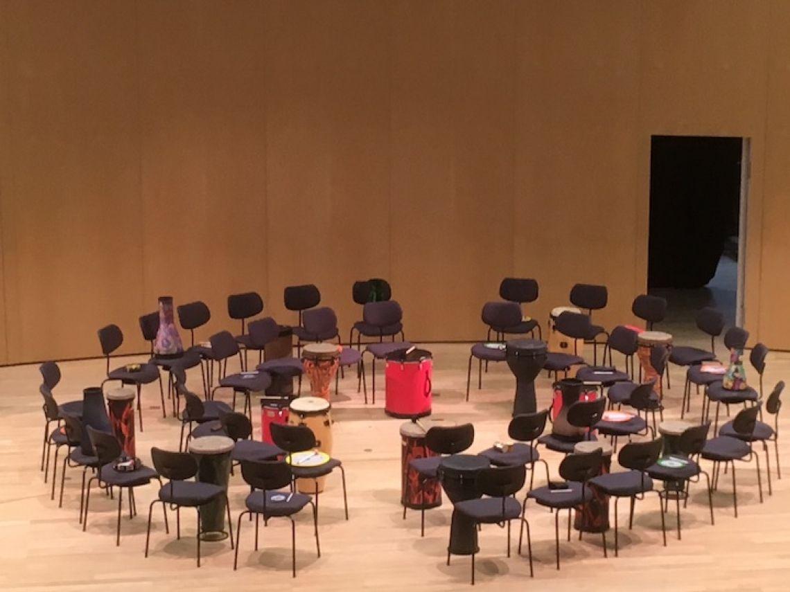 Setting in der Stattlichen Jugendmusikschule Hamburg (Pädagogische Jahrestagung 2019) Hier sehen Sie  einen Drum Circle für 40 Personen.
