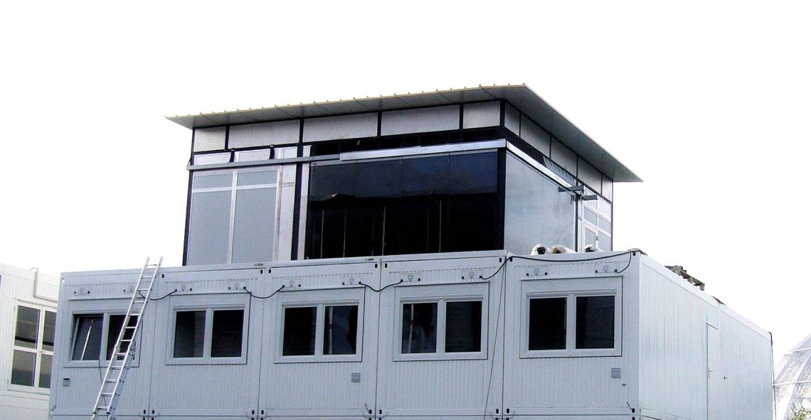 Glasstudio 8x8 Fussballweltmeisterschaft 2006 in Berlin. Aufbau des Glasstudios auf Containern