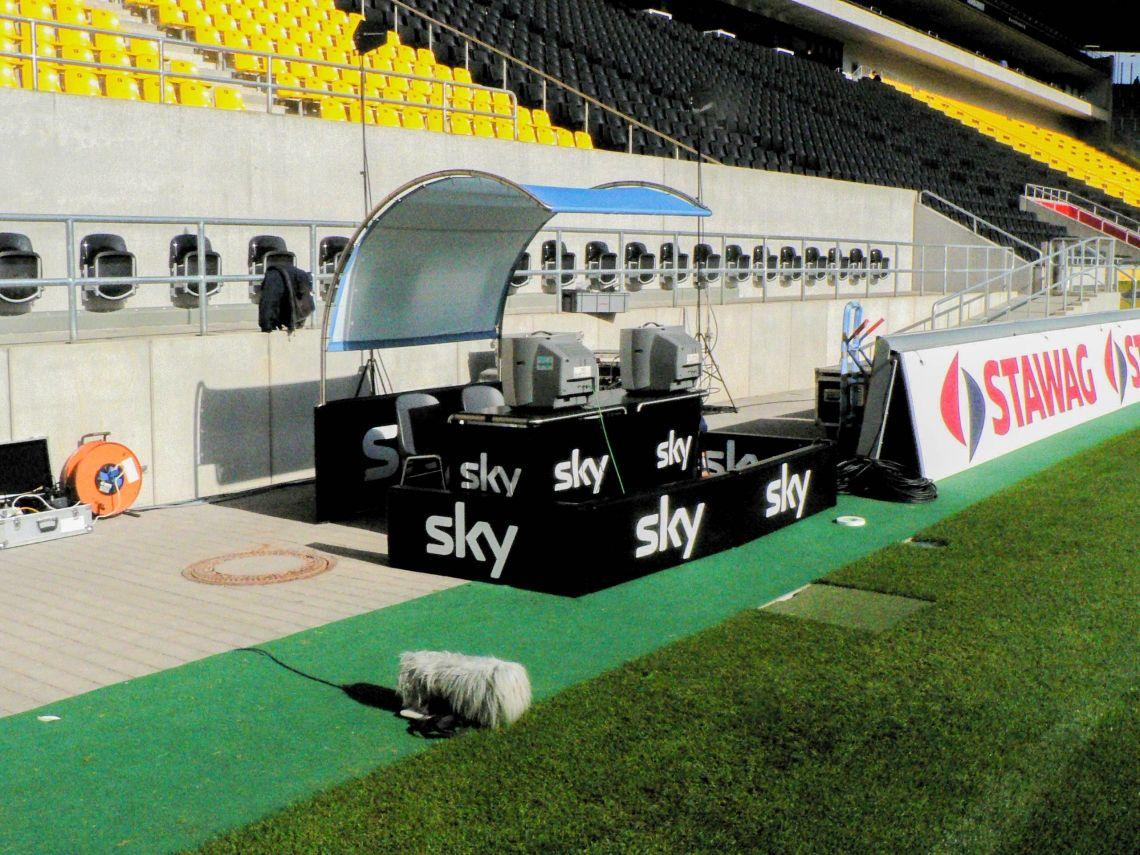 Kamerabanden und Fieldplatz Werbebanden und speziel auf die Produktion erstellte Ausstattung wie hier - der Fieldplatz bei der Bundesliga.