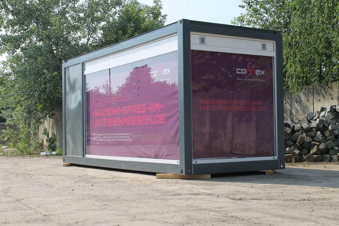 Spezialcontainerbau Mehrfachverglaßte Seiten, Büroinventar und Drucke - innerhalb weniger Wochen wurde der Container auf Kundenwunsch erstellt und ausgeliefert.