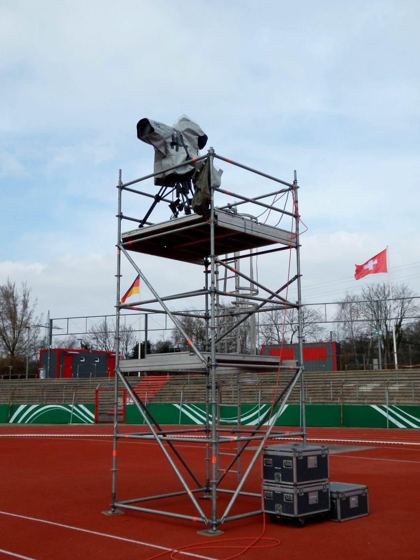 Kameraturm Entsprechend den Kundenvorgaben bauen wir vor Ort Kameratürme für eine oder mehrere Kameras auf. Höhe und Flächengrößen können durch das Layher Allrount Gerüst optimal verändert werden.