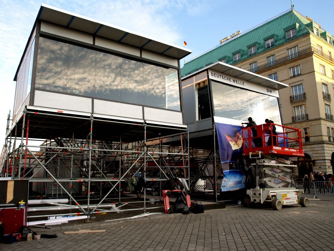 Glasstudios auf Layher Eventgerüst 20 Jahre Mauerfall in Berlin. Aufbau von insgesamt 3 Glasstudios auf Layher Eventgerüsten