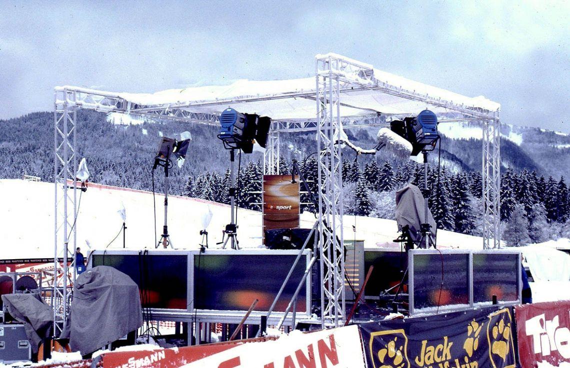 Presenterflächen Presenterflächen, wie hier für das ZDF zu einer Wintersportproduktion, werden je nach Wunsch in Größe und Höhe aufgebaut und auf Wunsch mit Beleuchtung betreut.
