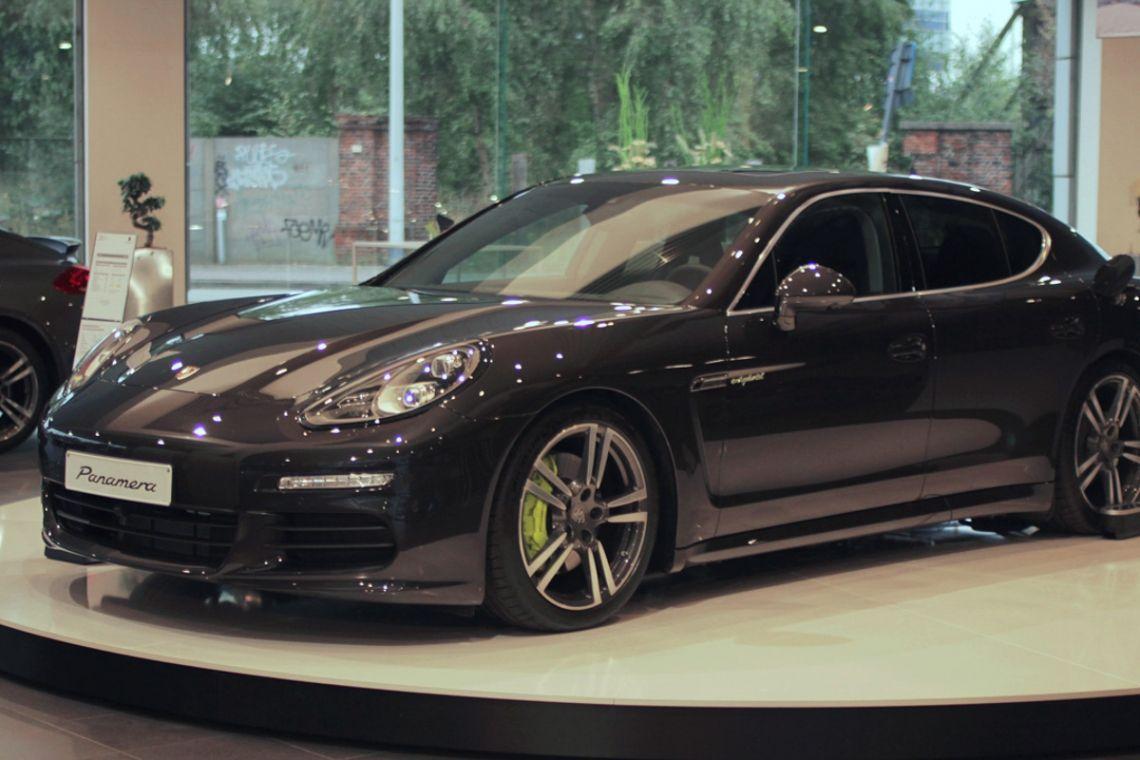 Autodrehplattform Showroom Porsche   Pre-Motion Eine Autodrehscheibe in Ihrem Showroom zeigt Ihre Autos von allen Seiten. Eine fantastische 360°-Präsentation! Werfen Sie hier einen Blick in den Porsche-Showroom in Antwerpen.
