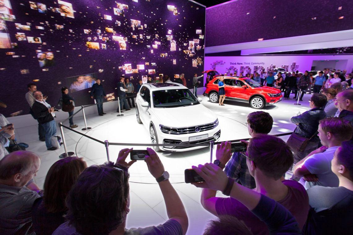 Autopräsentation Volkswagen IAA Frankfurt   Pre-Motion Ausgefallene Autopräsentation auf der Automesse Deutschlands: der IAA Frankfurt. Einführung des neuen Volkswagen-Modells auf einem Drehpodium von Pre-Motion.